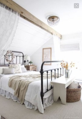 Comfy Urban Farmhouse Master Bedroom Design Ideas07