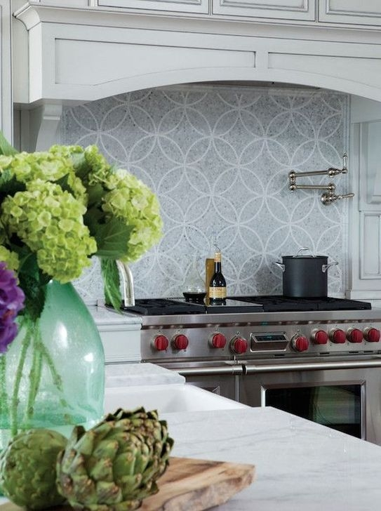 Magnficient Small Kitchens Ideas With Dark Cabinets27