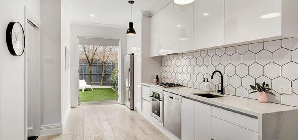 Lovely White Backsplash Design And Decor Ideas For Kitchen 29
