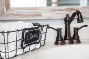 Lovely Farmhouse Bathroom Makeover Ideas To Try Right Now 26