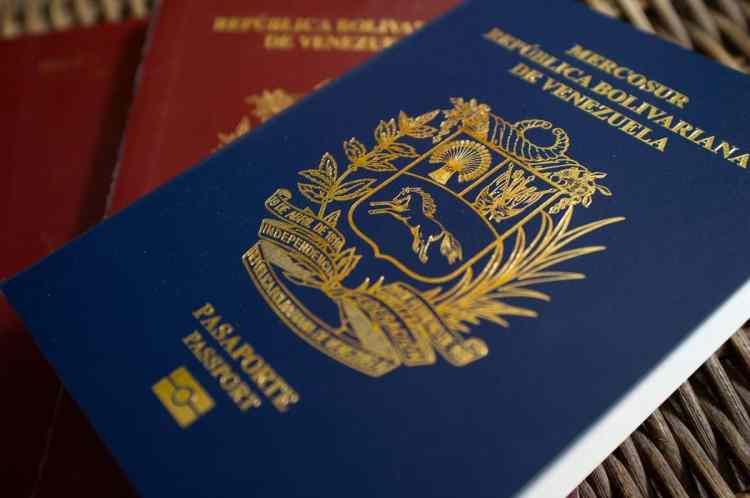 A partir da semana que vem, os venezuelanos terão que pagar as taxas de passaporte com o petro, a controversa criptomoeda apoiada pelo Estado que é supostamente apoiada pelo petróleo.