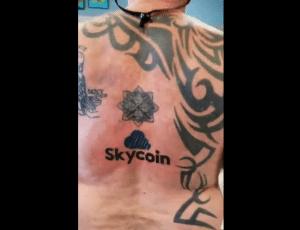 John McAfee faz tatuagem em forma de apoio