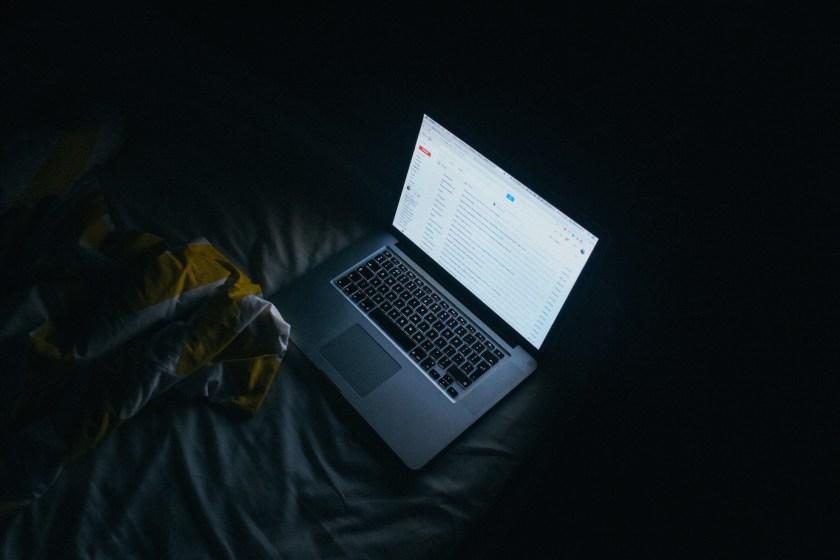 computadora en la cama