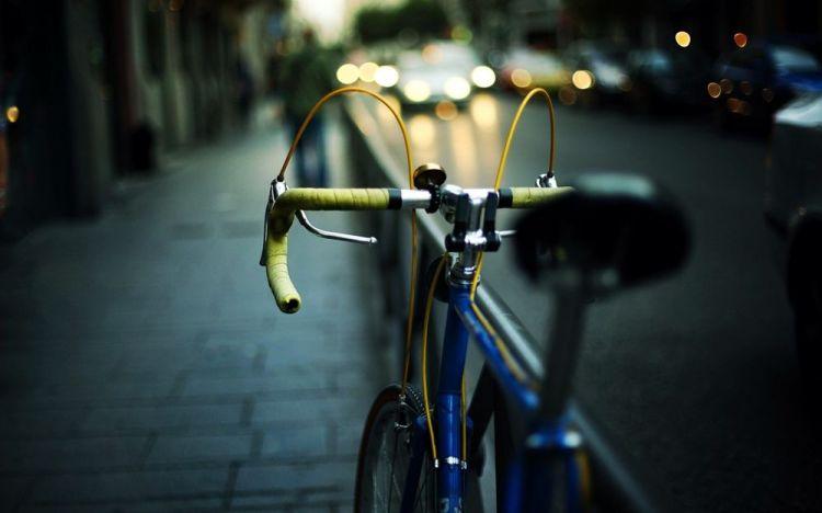 Обои Велосипед стоит у ограды на улице на рабочий стол