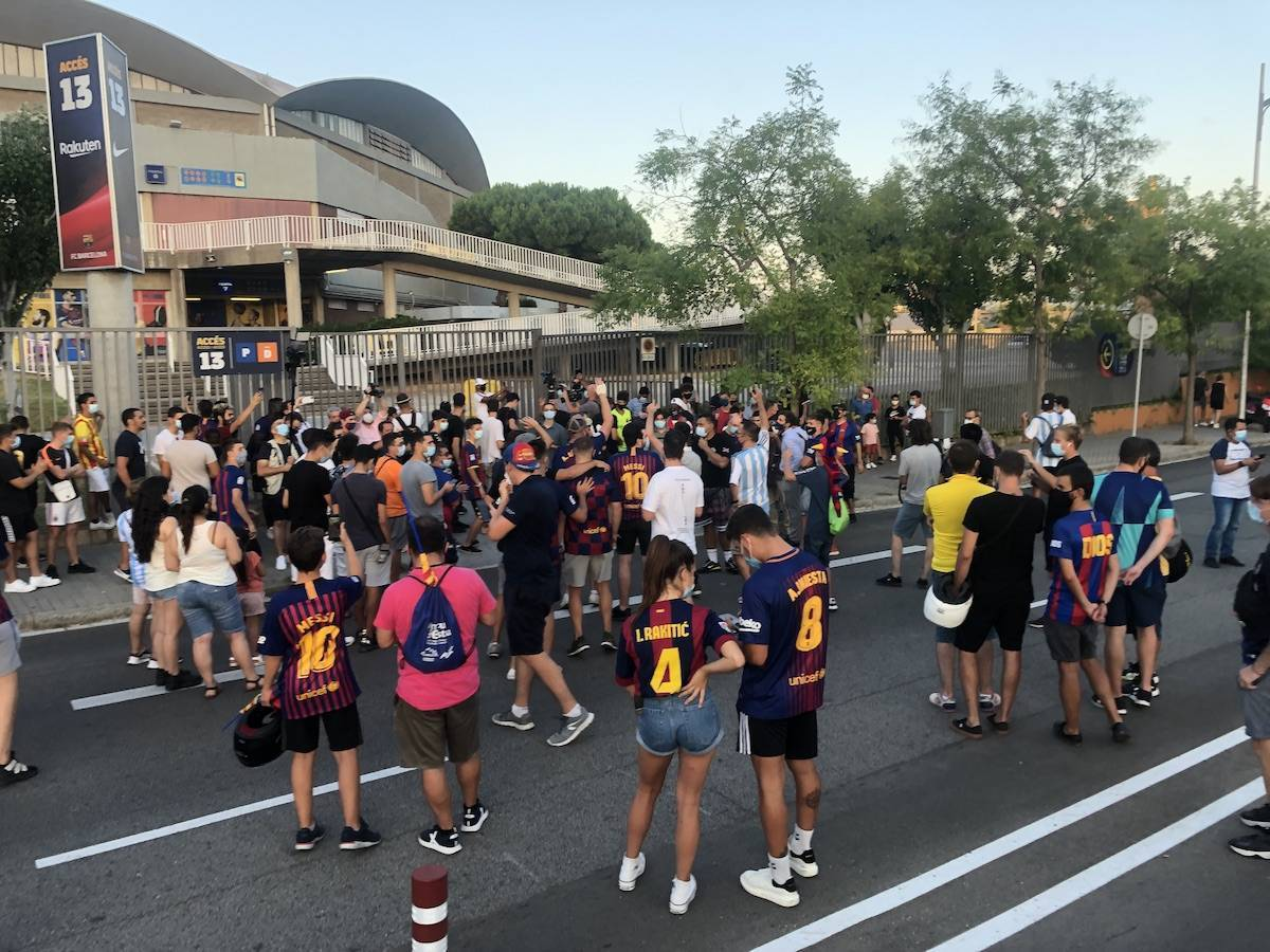 BARTOMEU OUT! Protests at Camp Nou live from Barcelona