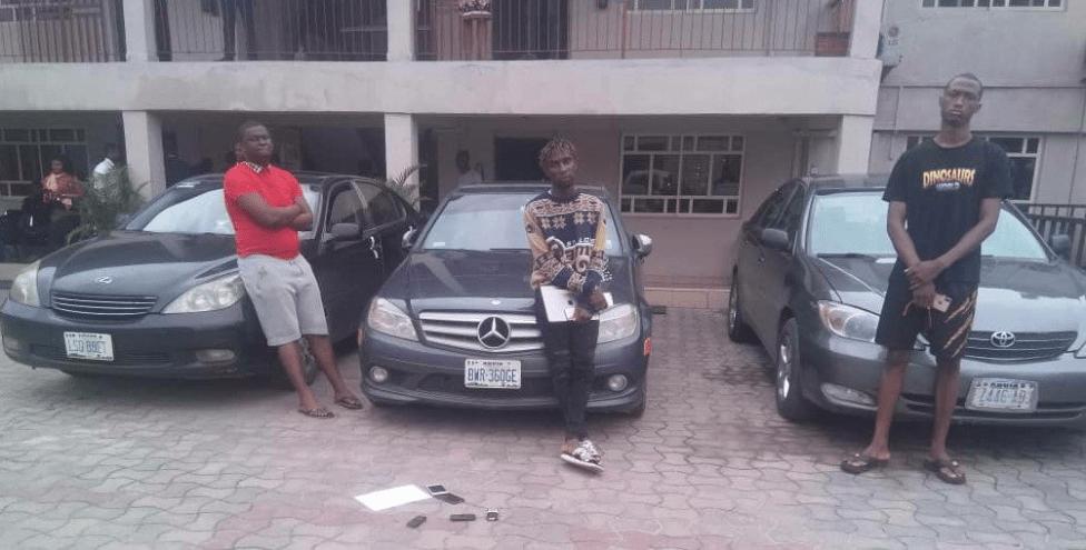 EFCC Arrests 17 Yahoo Boys In Warri At Their Hotel Hideout, Seizes Cars (Photos)