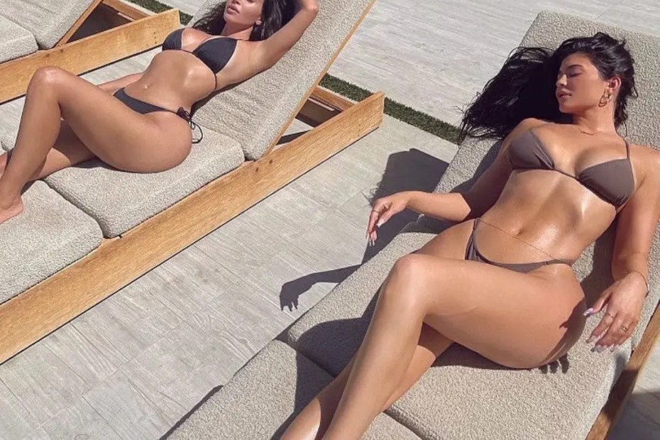 Kim Kardashian and Kylie Jenner show off their curves in matching bikinis (Photo)
