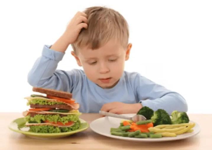 هل أعتمد في تغذية طفلي على الوجبات الخفيفة؟