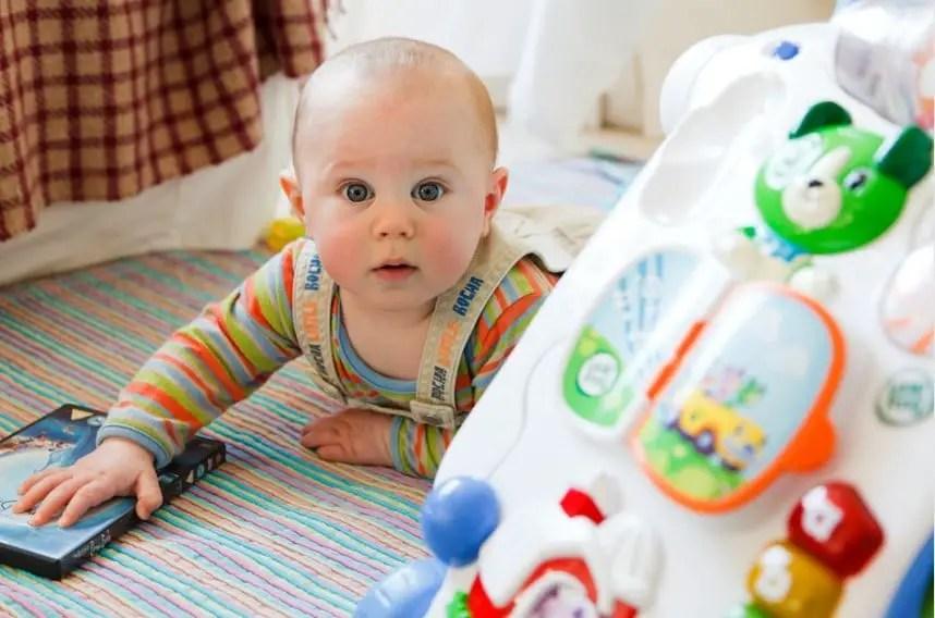 مراحل تطور الطفل: التقلب من جانب إلى آخر