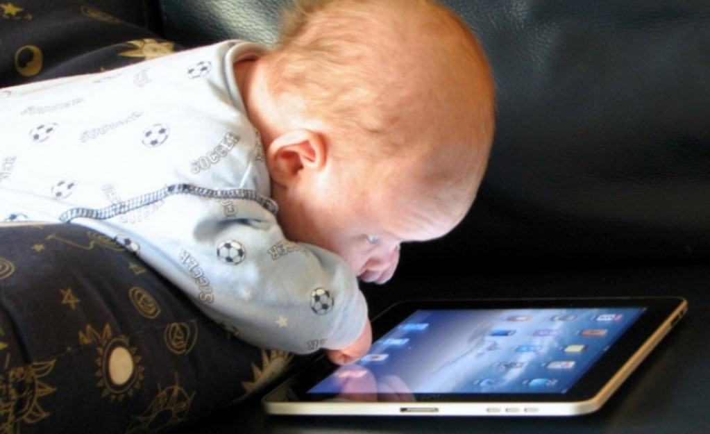 خطورة إعطاء طفلكِ الموبايل في سن مبكرًا ... تعرفي على السبب