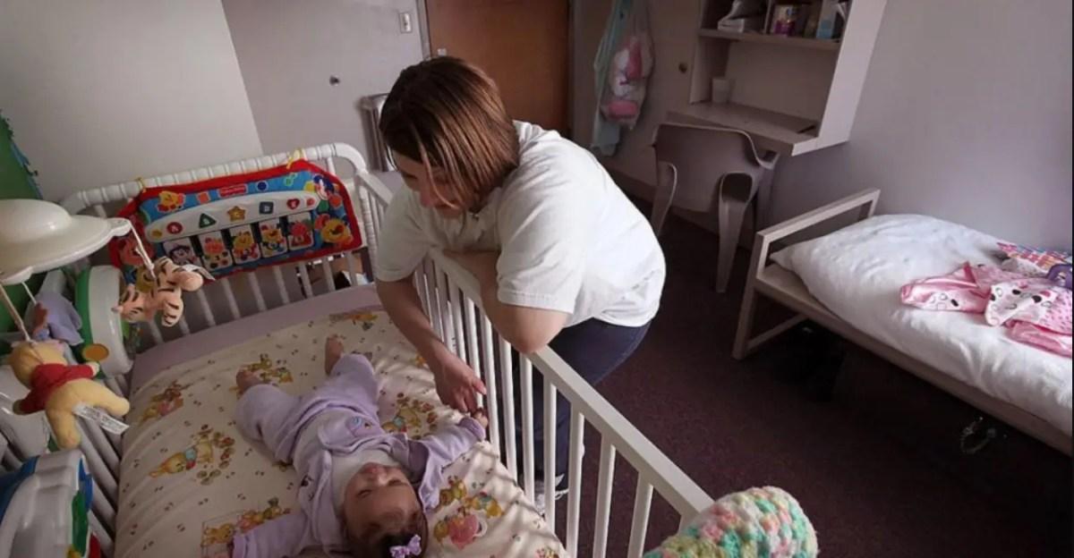 كيف أعلم طفلي الرضيع التفرقة بين الليل والنهار
