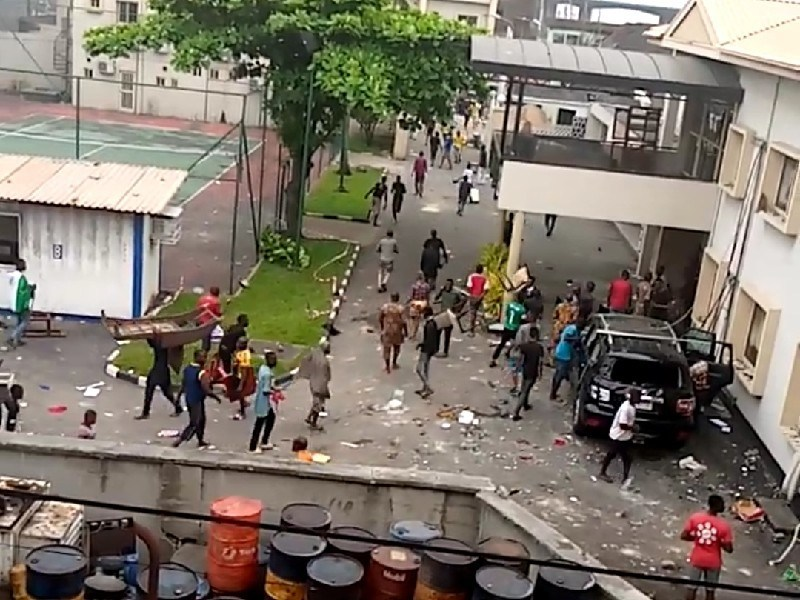 Hoodlums Invade Oba of Lagos' palace during #EndSars protest