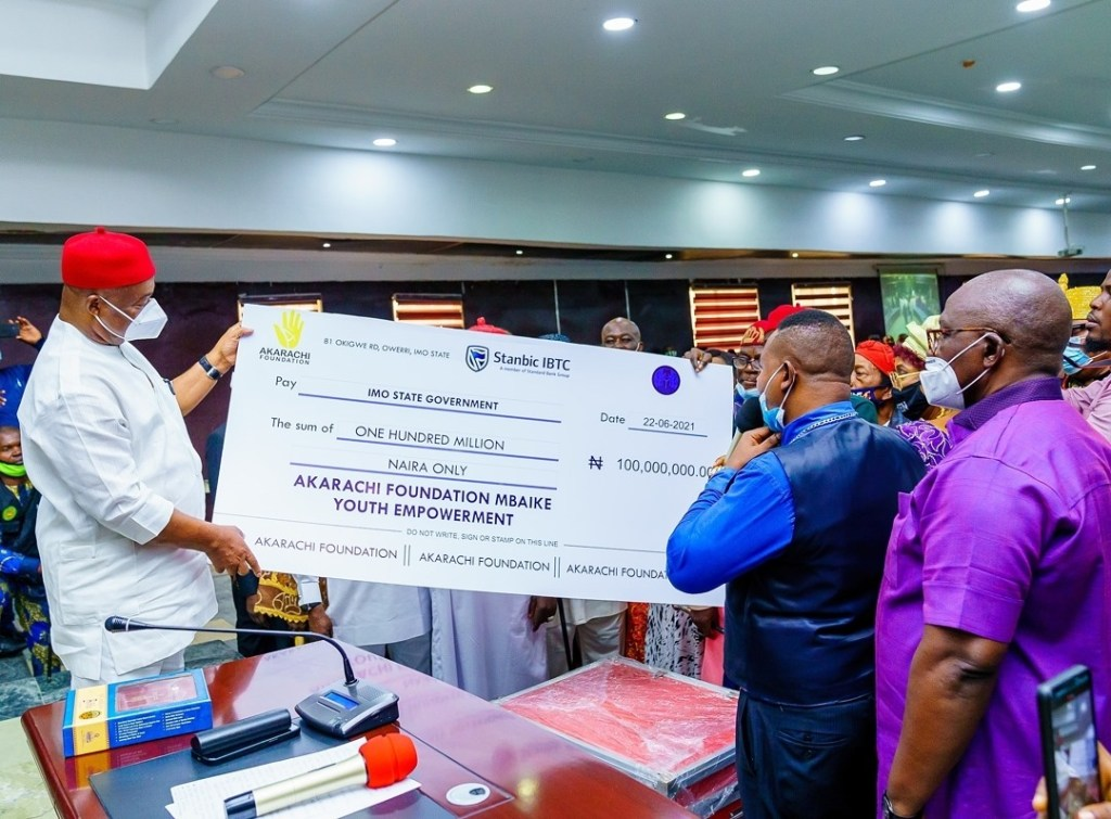Governor Hope Uzodinma at the presentation of a Cheque of N100 million to Ikeduru LGA, Imo state by Akarachi Foundation