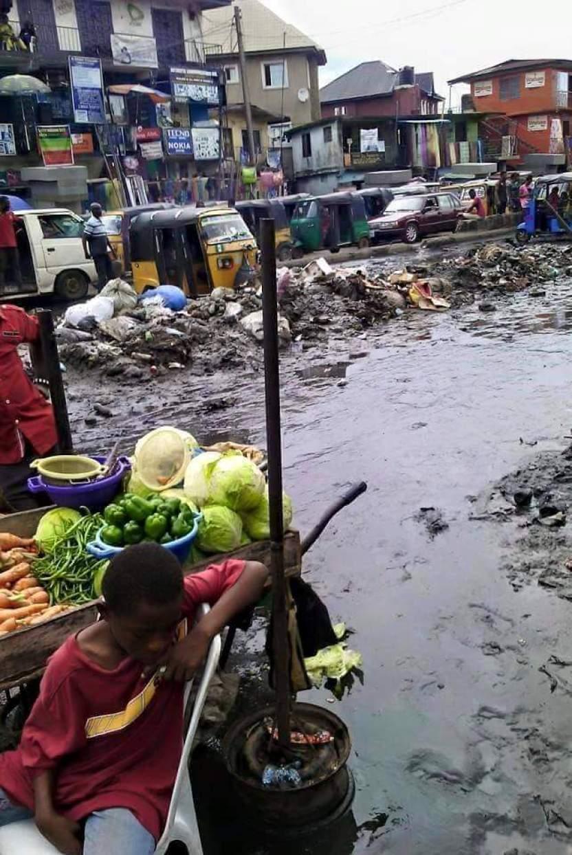 Road side traders blocking Doughlas road Owerri