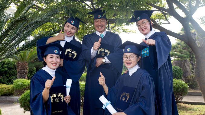 Shincheonji_Zion_Mission_Center_Graduates_are_Giving_Thumbs_up_in