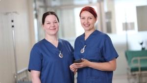 Kaksi hoitajaa Bluetooth sisätilapaikannus sairaalassa