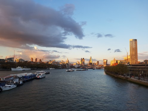 The City of London seen from Waterloo Bridge. I'm glad the S7 could capture this gorgeous sky with its golden lights and pinky clouds.