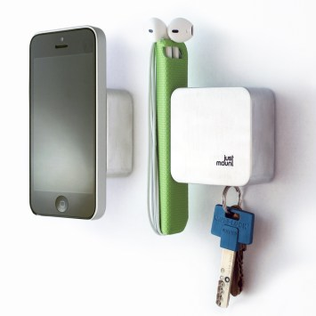 justmount-with-earbuds-keys-iphone-5-square