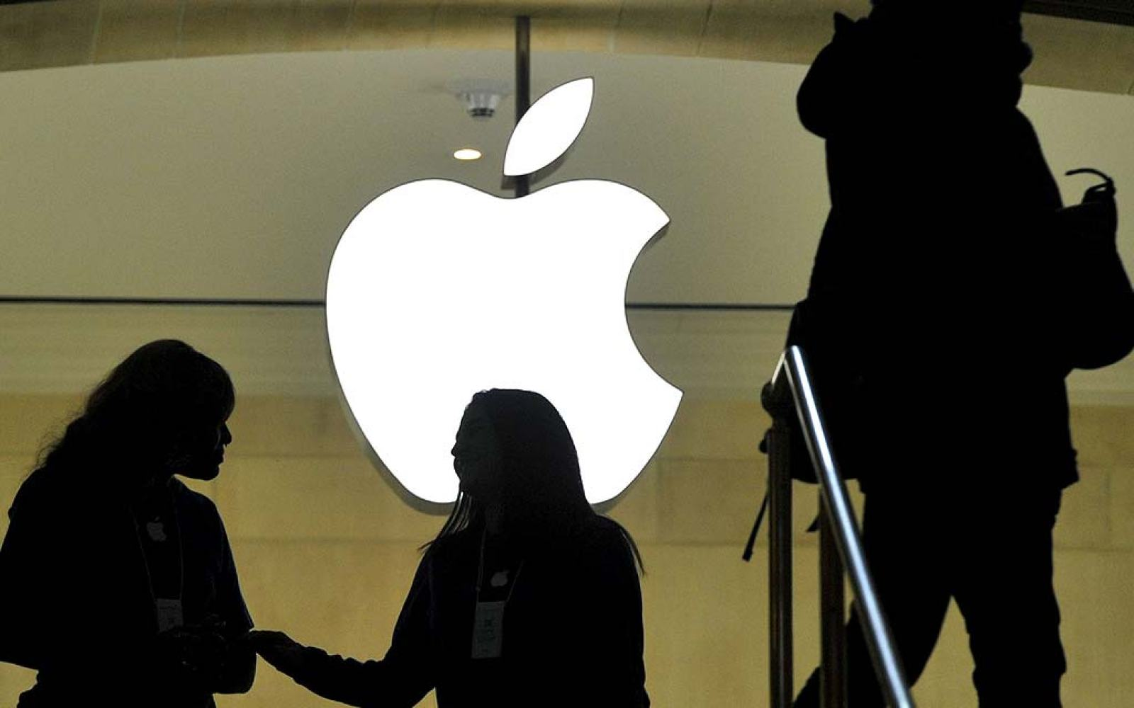 Apple faces new class action lawsuit from store employees over unpaid time waiting in line