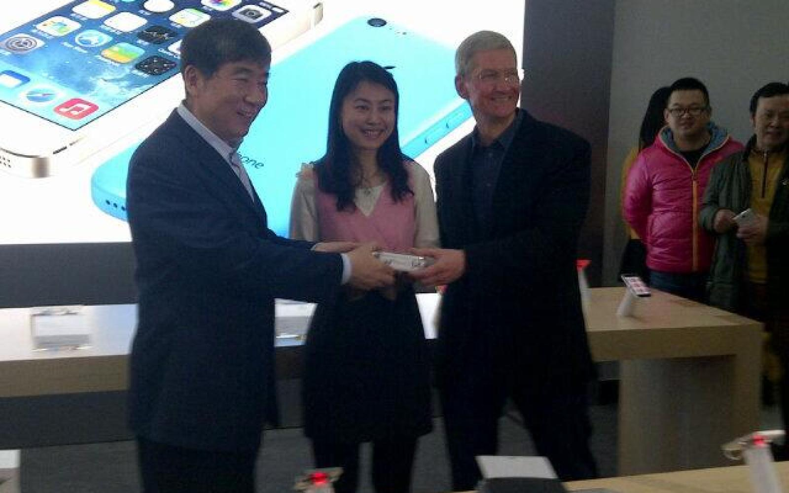 Apple CEO Cook hands out autographed iPhones at China Mobile launch, says 'great things' coming