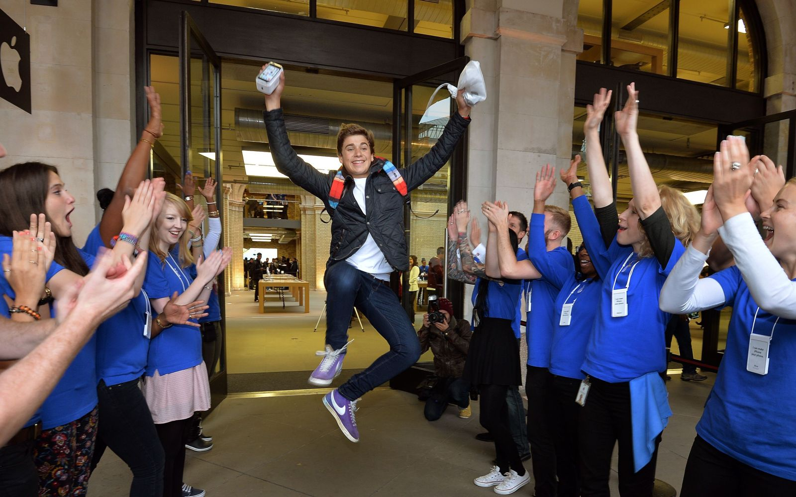 Apple looks to boost iPhone sales with reward program for retail staff