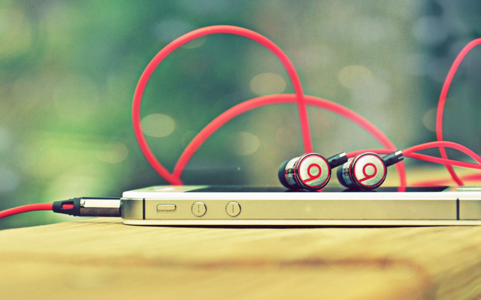 """Beats acquisition made Apple """"cooler"""" and more popular with students, says survey"""