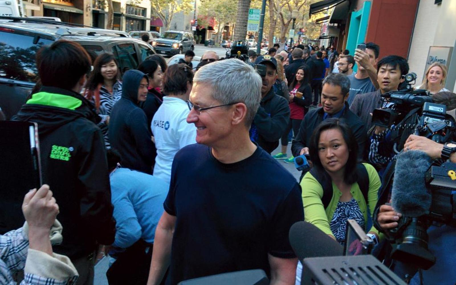 Tim Cook visits Palo Alto Apple Store for iPhone 6 launch as Angela Ahrendts welcomes Sydney