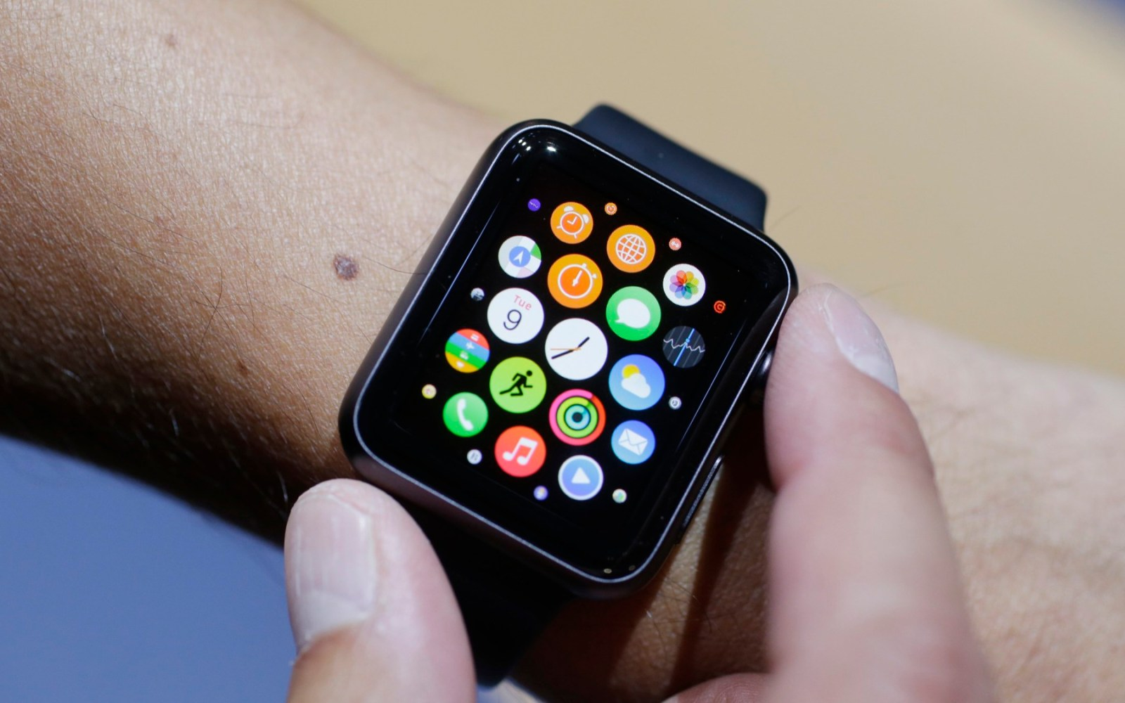 Sources offer hands-on Apple Watch details: battery life, unannounced features, and more