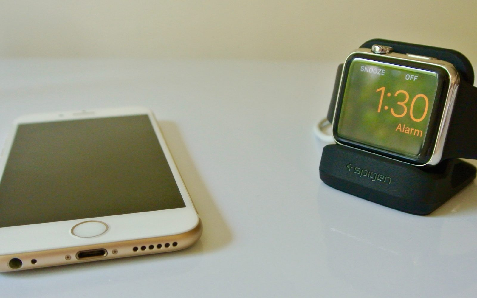 buy popular c6537 01bd8 Review: Spigen's Apple Watch Night Stand is easy on the wallet ...
