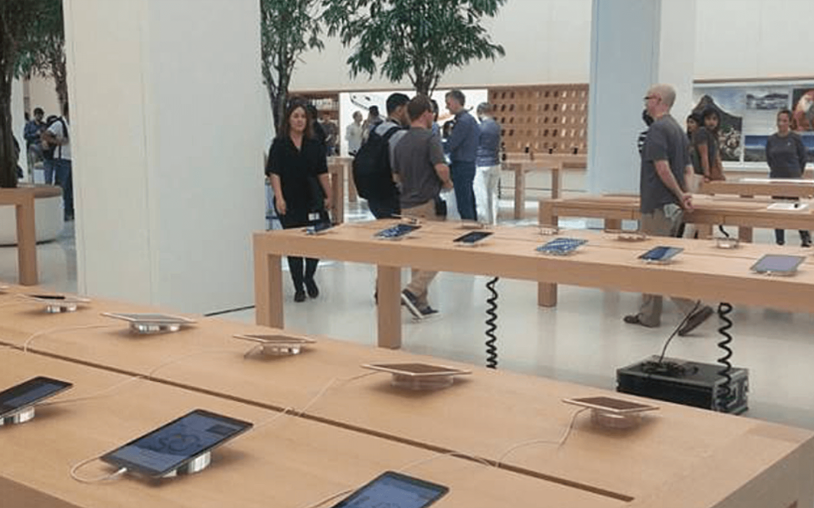 A look inside what's reported to be the world's largest Apple Store, in Dubai (Video & photo gallery)