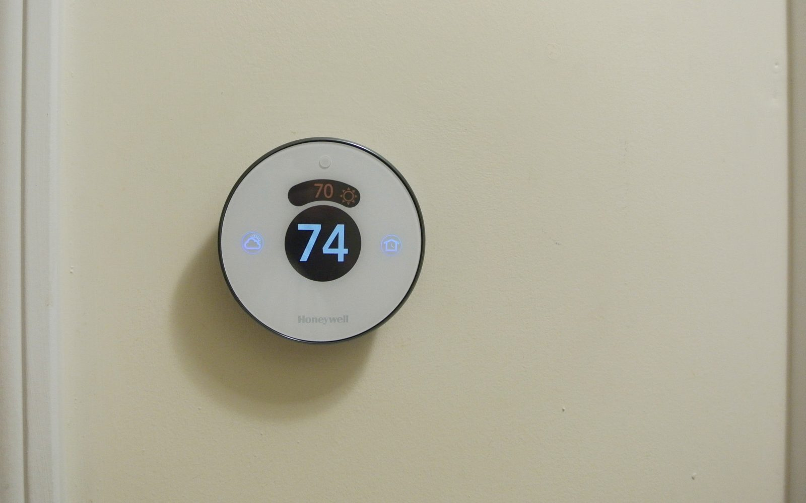 Review Honeywell Lyric Round Wi Fi Thermostat Matches Homekit Rch9310wf5003 Consumer Reports Smarts With Traditional Style