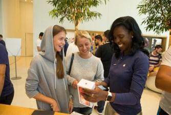 iPhoneX-Launch-Dubai_customer-service-retail_20171103