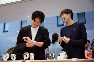 iPhone-Xs-Apple-Watch-Series-4-Availability_Kyoto-customer-apple-watch_09202018