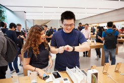 iPhone-Xs-Apple-Watch-Series-4-Availability_OrchardRd-Singapore-Apple-Watch-customer_09202018
