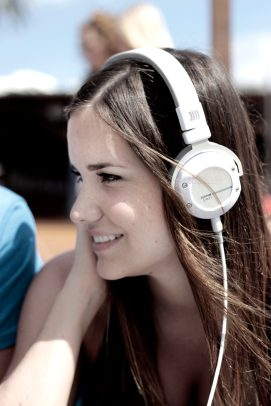 beyerdynamic-kopfhoerer-headphones-headset_Custom-Street-white_14-11_girl_v1_01