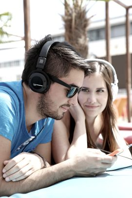 beyerdynamic-kopfhoerer-headphones-headset_Custom-Street_14-11_couple-friend-share_v2_01