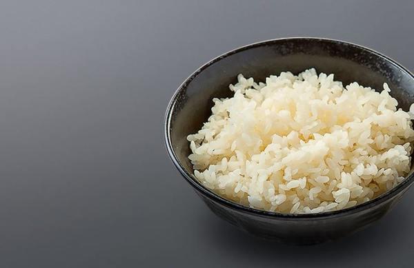 Remplissez d'eau si vous faites cuire du riz dans de l'eau pour un plat d'accompagnement. En plus de l'eau, vous pouvez utiliser du bouillon de légumes, de poulet ou de viande.
