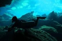 Cours d'introduction à la plongée souteraine - installation d'une ligne à partir des eaux ouvertes dans Cenote le Carwash, Tulum Mexique