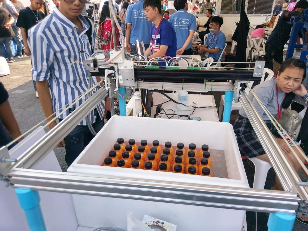 Автоматическая машина, которая раздает сок из холодильника