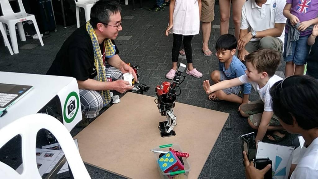 Крутой чувак с прикольными роботами