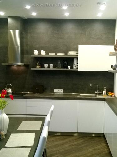 Кухня белый глянец и серый бетон