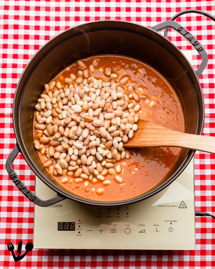 Pour in the beans and the pearl barley that have been soaking overnight together with the soaking liquid and bring to a boil.