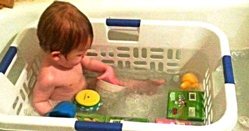 как купать малыша в ванной, чтобы он не подскользнулся mamaclub.ru