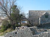 Kuća pokrivena kamenim pločama1
