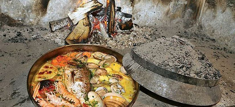 Morski rakovi, školjke i riba ispod peke – sača –