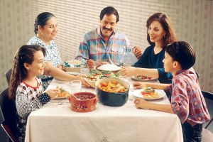 640px-family_eating_meal