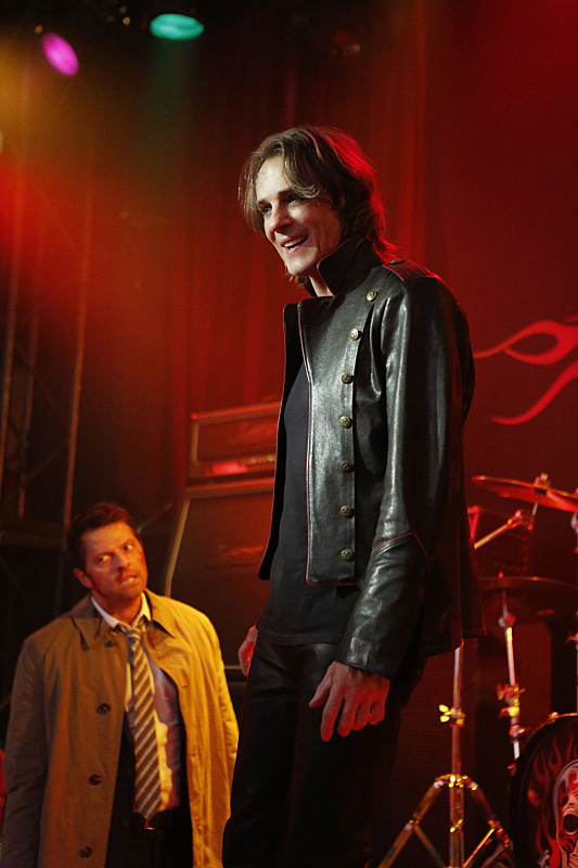 """Supernatural -- """"Rock Never Dies"""" -- SN1207a_0104.jpg -- Pictured (L-R): Misha Collins as Castiel and Rick Springfield as Vince Vincente -- Photo: Bettina Strauss/The CW -- © 2016 The CW Network, LLC. All Rights Reserved"""