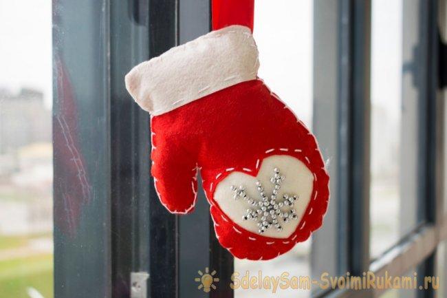 Новогодняя рукавичка из фетра