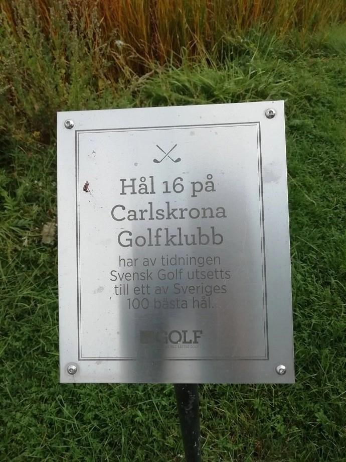 Svea y Pablo - Placa sobre el hoyo 16 de Carlskrona GK