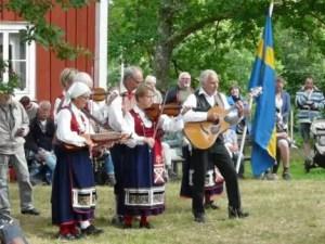 Tocando las tradicionales canciones de Midsommar